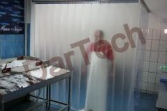 Protectie cu folie PVC transparent la magazin alimentar