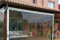 Vedere exterioara cu terasa PVC transparent